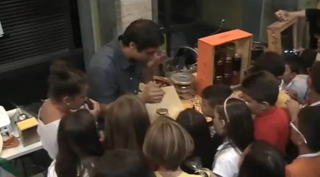 """""""Maestra, oggi il riso lo cucino io"""" 200 bambini ai fornelli (video)"""