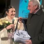 Fiorenzo Rossino, presidente Latteria Sociale di Cameri, consegna il gorgonzola a Carla Fracci