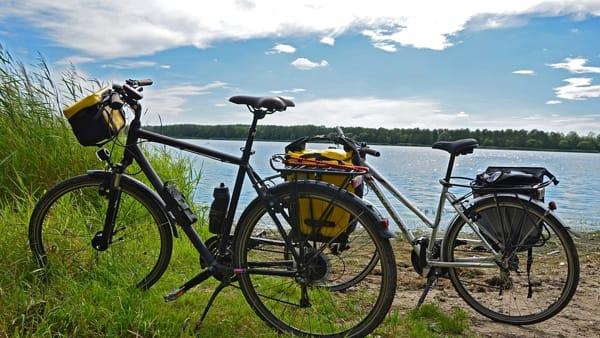 In bici a pelo d'acqua, dalla Svizzera alla risaia